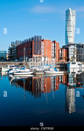 Festgemachten Booten und Gebäuden gegen den klaren Himmel Stockbild