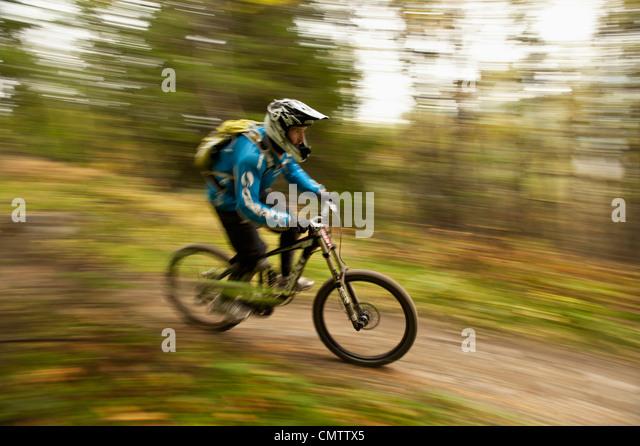 Biker mit Geschwindigkeit am Berg Stockbild