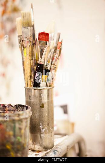 Pinsel im Atelier der Künstlerin Stockbild