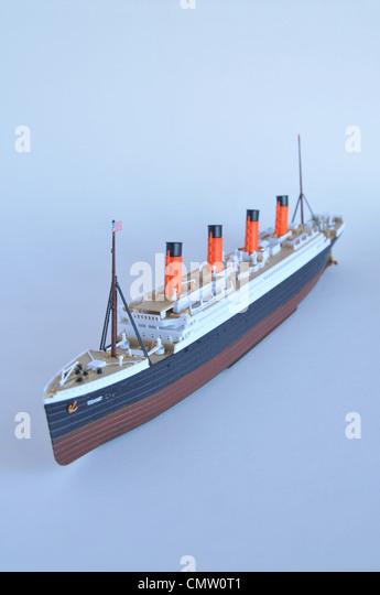Genaue Replika Kit Modell der Titanic Schiff gegen einen blauen Hintergrund. Stockbild
