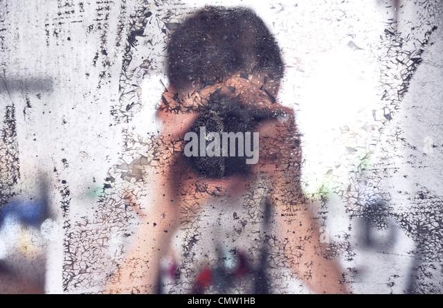 Fotografen nehmen Foto von schmutzigen Spiegel Stockbild