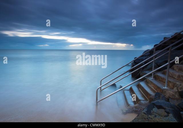 Wellen Waschen über Treppe ins Meer.   Machans Beach, Cairns, Queensland, Australien Stockbild