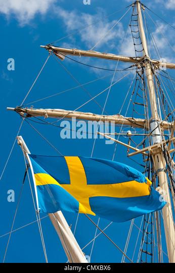 Schweden, Simrishamn, schwedische Flagge auf alten Segelboot Stockbild