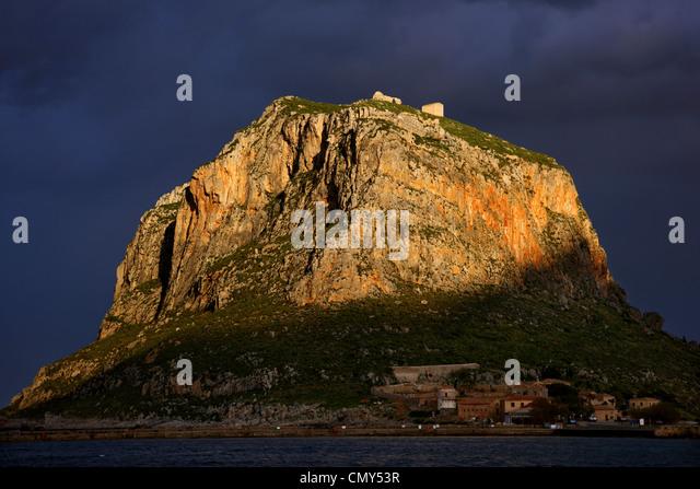 """Der """"Rückseite"""" der Felsen von Monemvasia. Sie können sehen, warum sie es nennen, """"Griechische Stockbild"""