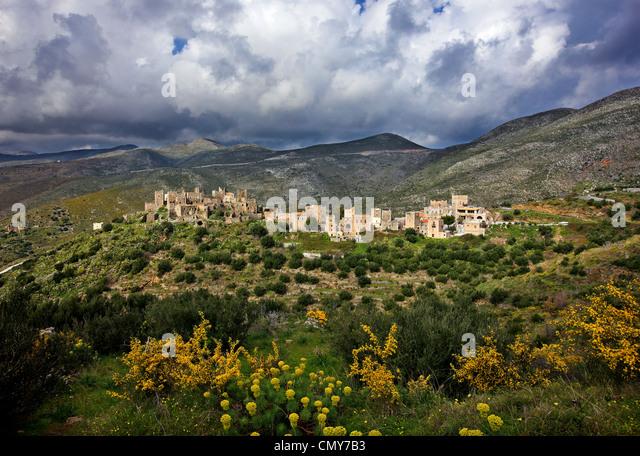Region Mani, Peloponnes, Griechenland. Maniat Wohntürme in Vatheia Dorf, unter einem beeindruckenden bewölkten Stockbild