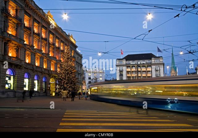 Weihnachtsbaum am Credit Suisse Bank am Paradeplatz in Zürich, Schweiz Stockbild