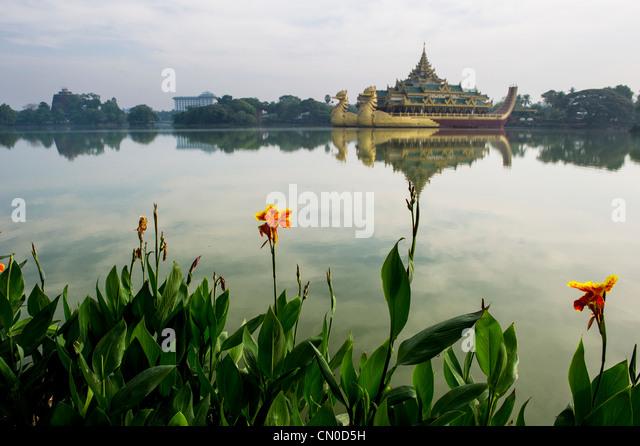 Kandawgyi Park Yangon mit der Karaweit-Halle im Hintergrund Stockbild