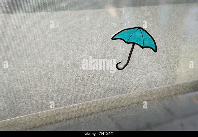 Fenster blind mit Regenschirm design Stockbild