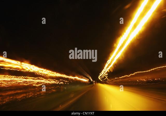 Rückleuchten auf Straße bei Nacht Stockbild