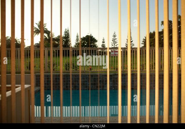 Blick auf Pool durch Fenster-Vorhänge Stockbild
