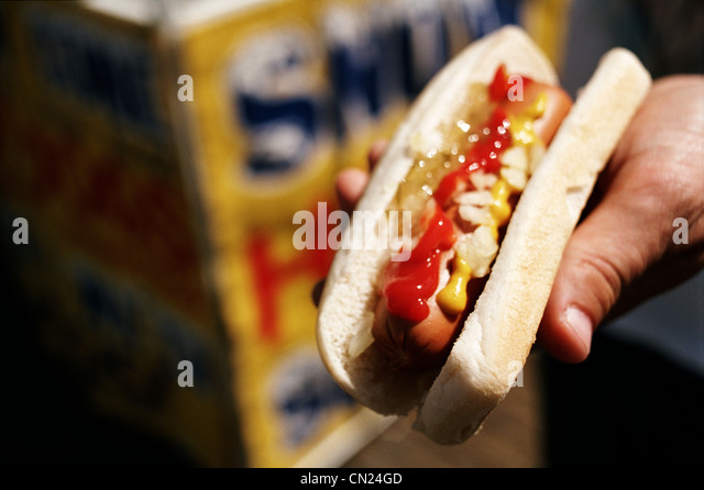 Person, die einen Hot dog Stockbild