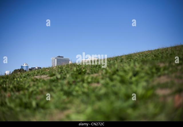 Gebäude hinter grasbewachsenen Hügel Stockbild