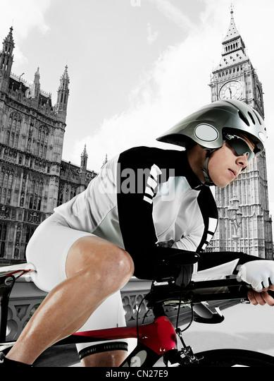 Radfahrer mit Houses of Parliament im Hintergrund, London, England Stockbild