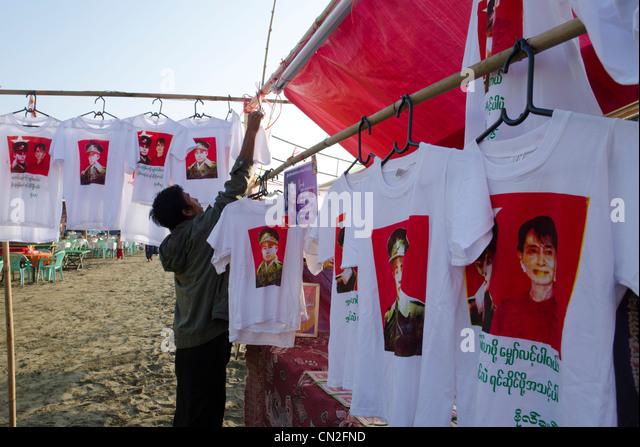 NLD-Stall mit T-Shirts von The Lady und general Aung San. Mawdinsoun Yarly Festival. Anderen Ende des Irrawaddy Stockbild
