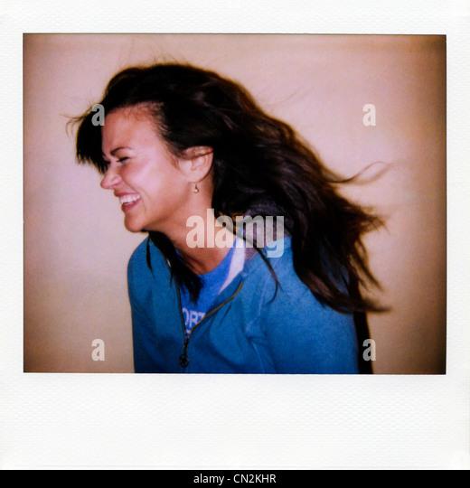 Sofortbildfilm Foto der jungen Frau, lachen Stockbild