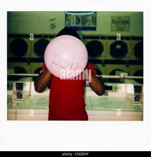 """Sofortbildfilm Foto des Mannes mit dem Ballon sagen """"Ich liebe dich"""" Stockbild"""