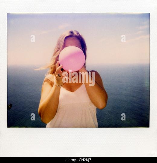 Instant Film Foto Frau Sprengung Ballon Stockbild
