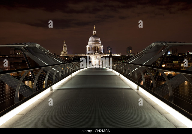 Millennium Bridge in Richtung St. Pauls Cathedral, London, UK Stockbild