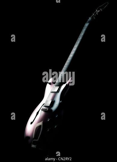 E-Gitarre auf schwarzem Hintergrund Stockbild