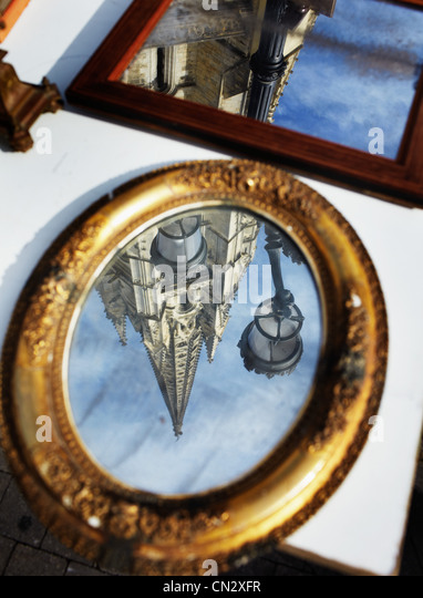 Gebäude in Spiegel reflektiert Stockbild