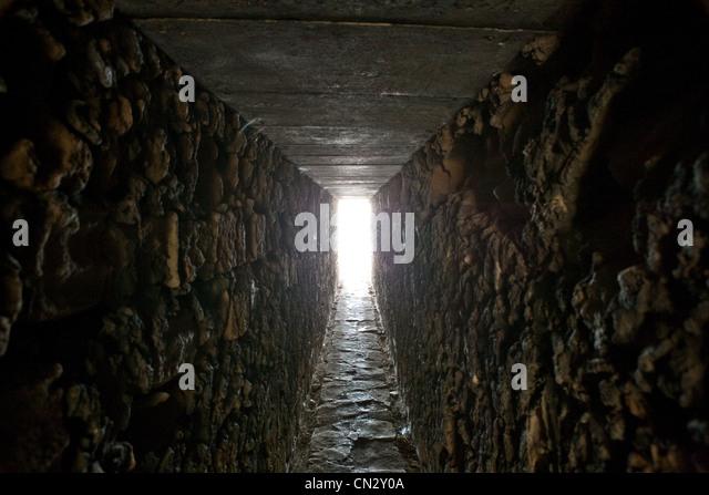 Tunnel mit Tageslicht Stockbild