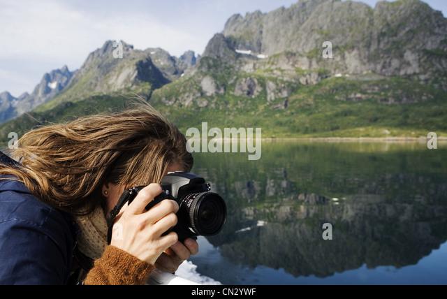 Frau mit dem Fotografieren in Berglandschaft Stockbild