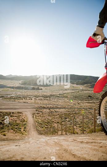Mann mit Dirt Bike auf Hügel Stockbild