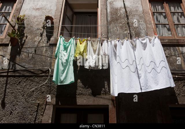 Wäsche hängen außerhalb Häuser, Lissabon, Portugal Stockbild