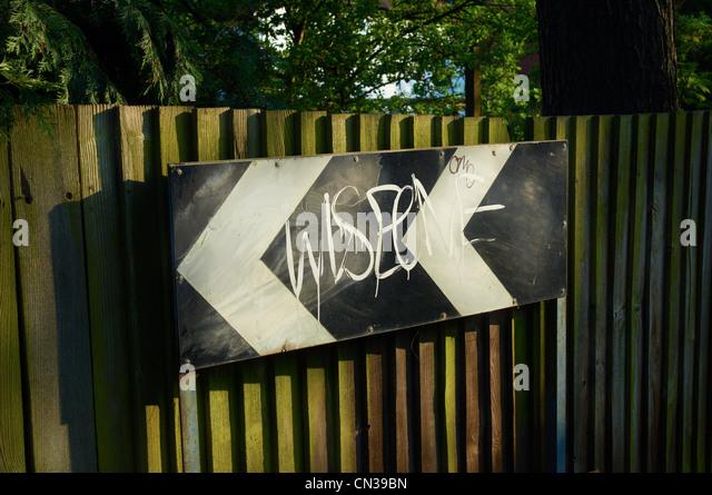 Graffiti auf Straße Zeichen auf Zaun Stockbild