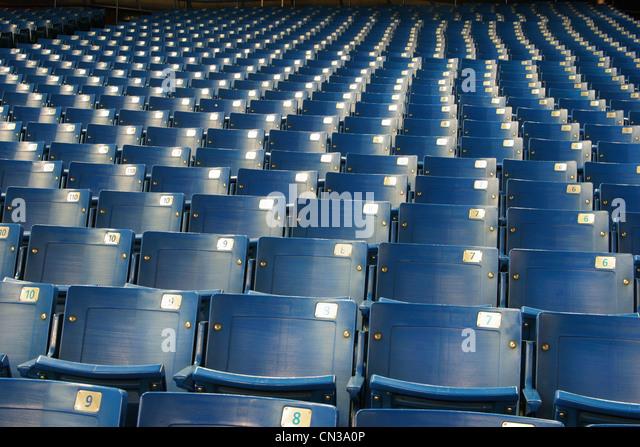 Leere blaue Stadionsitze Stockbild