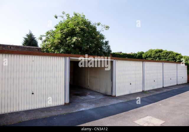 Eine offene Garage in Zeile Stockbild