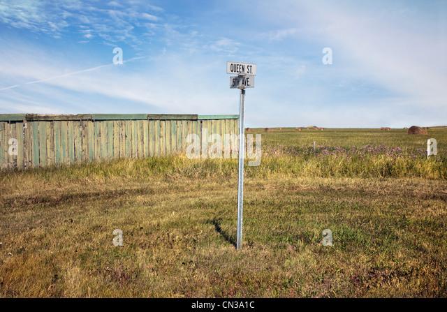 Straßenschild in einem Feld Stockbild