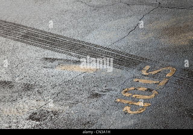 Reifenspuren und Stop-Schild Stockbild