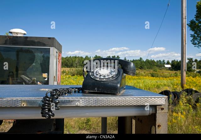 Altes Telefon in ländlicher Umgebung Stockbild