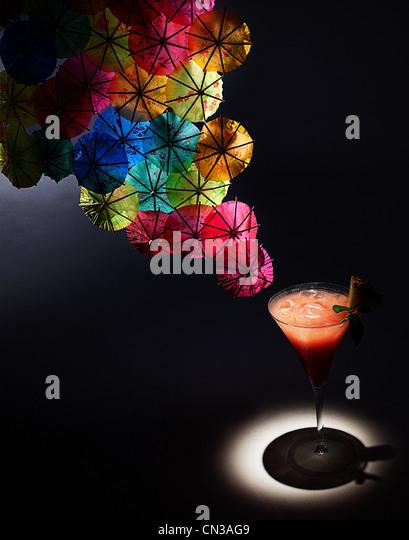 Cocktail und bunten cocktail Schirme, Studio gedreht Stockbild