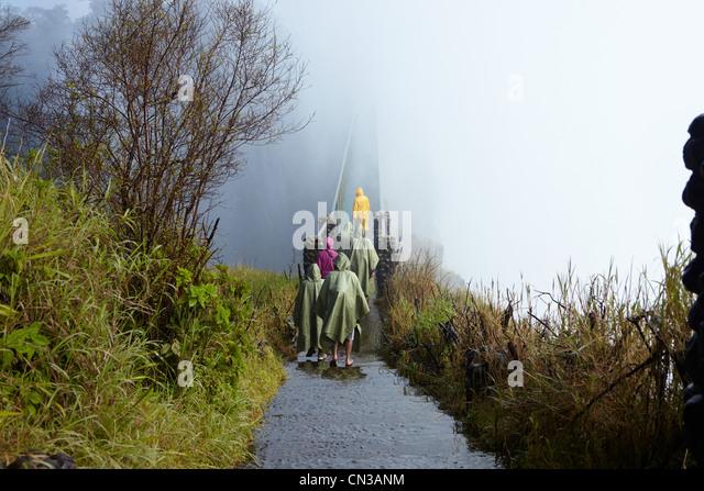 Gruppe von Touristen am Steg, Victoria Falls, Sambia, Afrika Stockbild