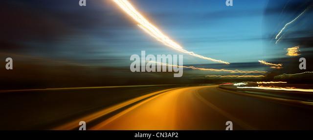 Straße in der Nacht, verschwommen Bewegung Stockbild