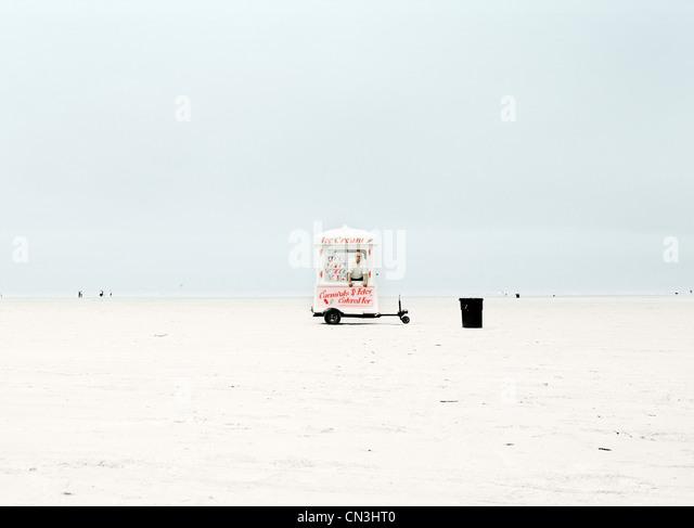 Mann, der innen Eiswagen an abgelegenen Strand Stockbild
