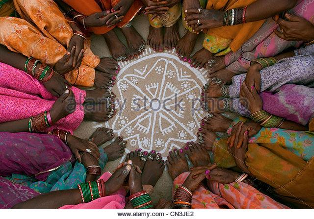 Frauen sitzen im Kreis, Thar-Wüste, Indien Stockbild