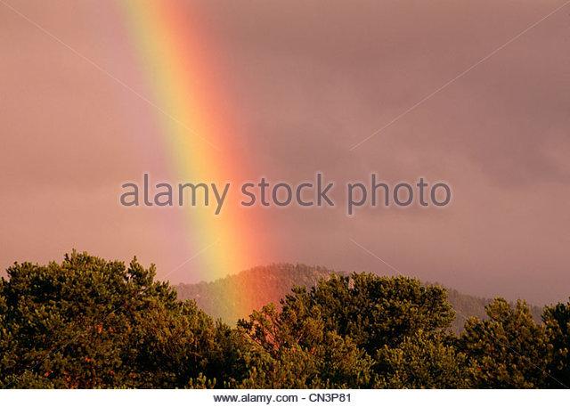 Ein Regenbogen über der Sangre de Cristo Mountains, New Mexico. Stockbild