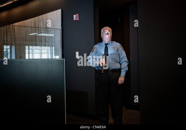 Security Guard leuchtende Gesicht mit Fackel Stockbild
