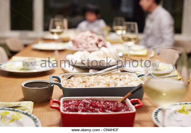 Essen am Tisch bei Familie Thanksgiving dinner Stockbild