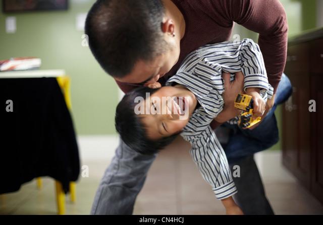 Mann und der junge spielen Stockbild