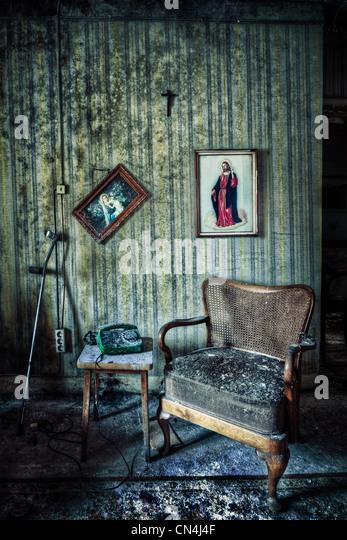 Verlassene Zimmer mit Stuhl und Bilder Stockbild