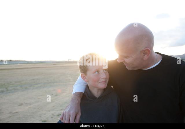 Vater und Sohn im freien Stockbild