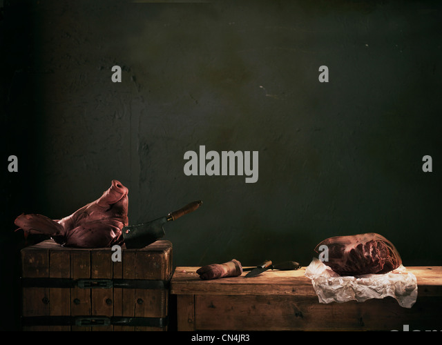 Schweine Kopf und Fleisch am Zähler Stockbild