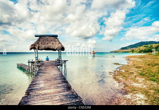 Docks auf See Petén Itza, Guatemala im Dorf El Remate. Stockbild