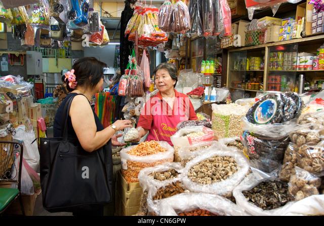 Kauf von getrockneten Meeresfrüchten, Zutaten, Chiang Mai Lokalmarkt, Kad Luang, Chiang Mai Thaialnd Dame Stockbild