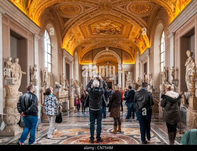 Besucher in den Vatikanischen Museen, Rom, Italien - die Galerie der Statuen im Museo Pio-Clementino Stockbild