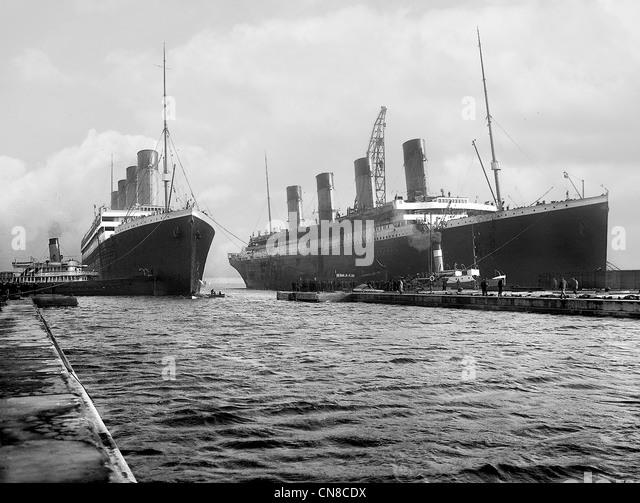 Titanic (rechts) und ihre Schwester Schiff Olympia Stockbild